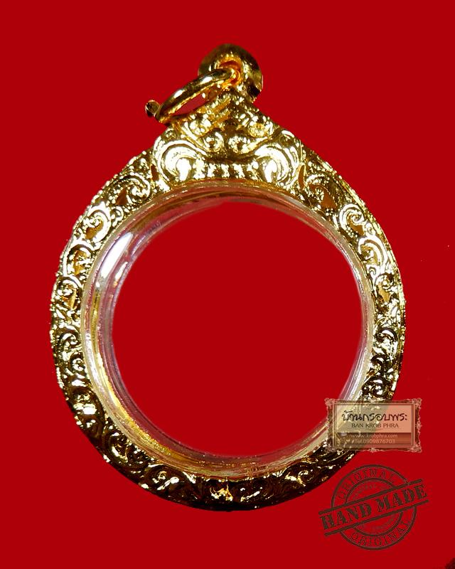 ตลับไมครอนใส่เหรียญทรงกลม งานหล่อแกะลายฉลุยกซุ้มหัวสิงห์พร้อมชุบไมครอน ขนาด สูง 2.8 ซม. x กว้าง 2.8 ซม.