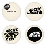 ของที่ระลึกวง Arctic Monkeys เลือกด้านหลังได้ 4 แบบ เข็มกลัด, แม่เหล็ก, กระจกพกพา หรือ พวงกุญแจที่เปิดขวด 1 แพ็ค 4 ชิ้น [1]