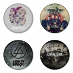 ของที่ระลึกวง Linkin Park เลือกด้านหลังได้ 4 แบบ เข็มกลัด, แม่เหล็ก, กระจกพกพา หรือ พวงกุญแจที่เปิดขวด 1 แพ็ค 4 ชิ้น [10]