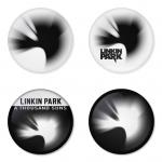 ของที่ระลึกวง Linkin Park เลือกด้านหลังได้ 4 แบบ เข็มกลัด, แม่เหล็ก, กระจกพกพา หรือ พวงกุญแจที่เปิดขวด 1 แพ็ค 4 ชิ้น [2]