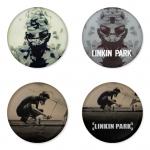 ของที่ระลึกวง Linkin Park เลือกด้านหลังได้ 4 แบบ เข็มกลัด, แม่เหล็ก, กระจกพกพา หรือ พวงกุญแจที่เปิดขวด 1 แพ็ค 4 ชิ้น [17]