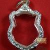 ตลับเงินใส่เหรียญในหลวงอนุสรณ์มหาราช ปี 2506 งานหล่อแกะลายยกซุ้มหัวสิงห์ ขนาด สูง 3.0 ซม. x กว้าง 2.4 ซม.
